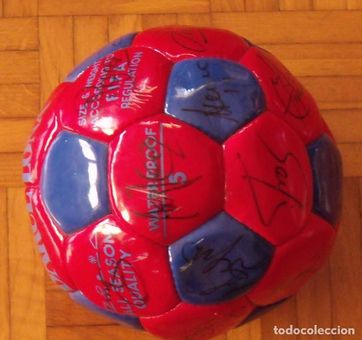 Coleccionismo deportivo: Balón F. C. Barcelona 1998-99. 26 autógrafos. Figo, Rivaldo, Stoichkov, Van Gaal, Sergi, Nadal... - Foto 9 - 219267916