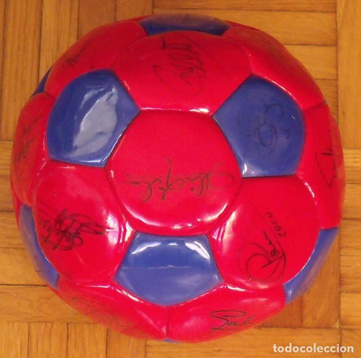 Coleccionismo deportivo: Balón F. C. Barcelona 1999-2000. 23 autógrafos. Rivaldo, Cocu, Guardiola, Sergi, Gabri, Xavi..... - Foto 2 - 221114837