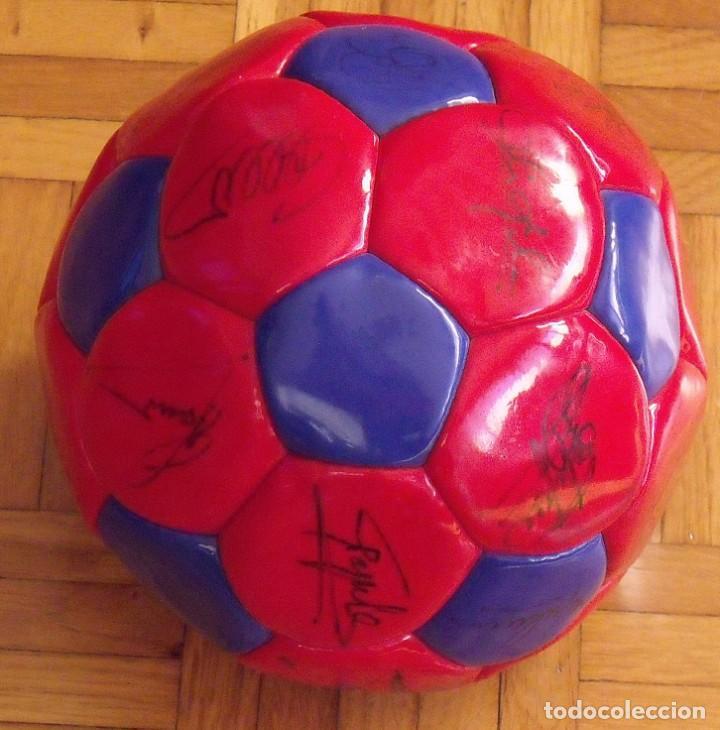 Coleccionismo deportivo: Balón F. C. Barcelona 1999-2000. 23 autógrafos. Rivaldo, Cocu, Guardiola, Sergi, Gabri, Xavi..... - Foto 3 - 221114837