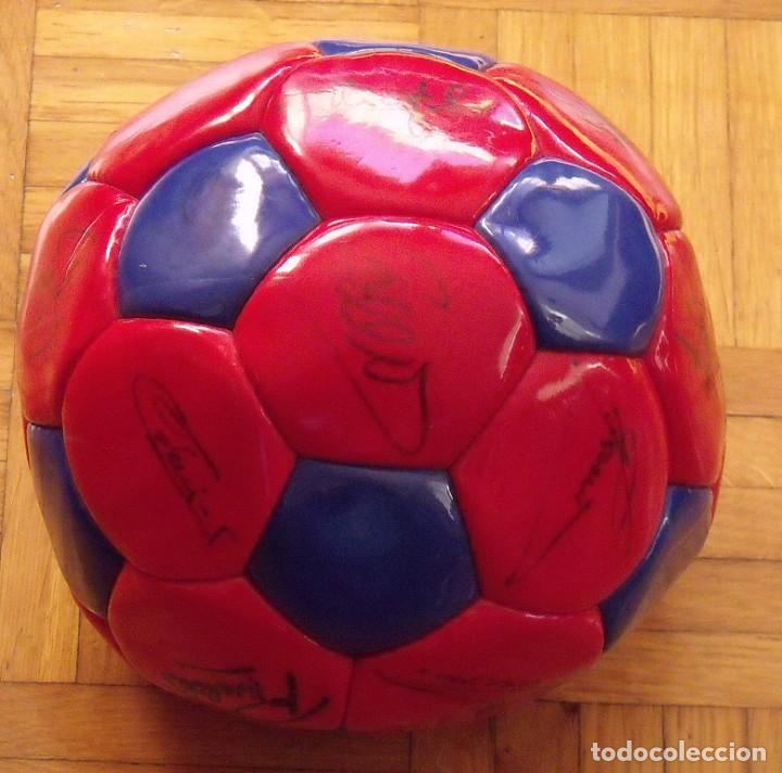 Coleccionismo deportivo: Balón F. C. Barcelona 1999-2000. 23 autógrafos. Rivaldo, Cocu, Guardiola, Sergi, Gabri, Xavi..... - Foto 4 - 221114837