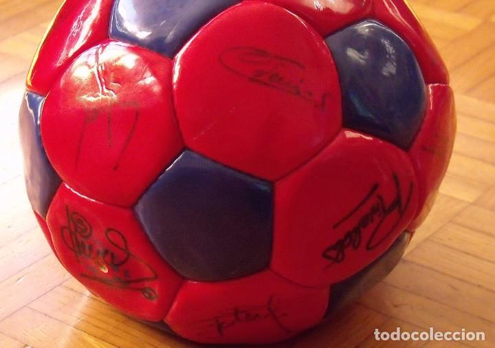 Coleccionismo deportivo: Balón F. C. Barcelona 1999-2000. 23 autógrafos. Rivaldo, Cocu, Guardiola, Sergi, Gabri, Xavi..... - Foto 5 - 221114837