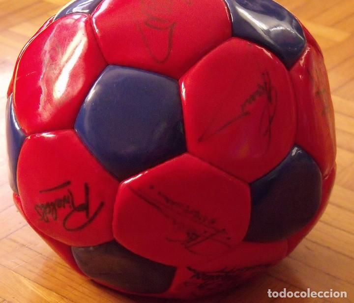 Coleccionismo deportivo: Balón F. C. Barcelona 1999-2000. 23 autógrafos. Rivaldo, Cocu, Guardiola, Sergi, Gabri, Xavi..... - Foto 6 - 221114837