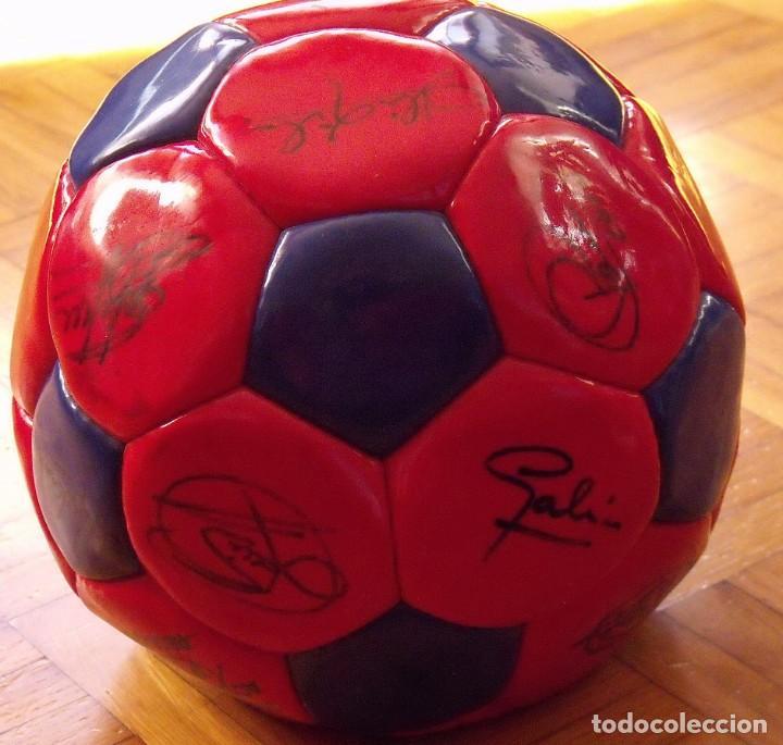 Coleccionismo deportivo: Balón F. C. Barcelona 1999-2000. 23 autógrafos. Rivaldo, Cocu, Guardiola, Sergi, Gabri, Xavi..... - Foto 8 - 221114837