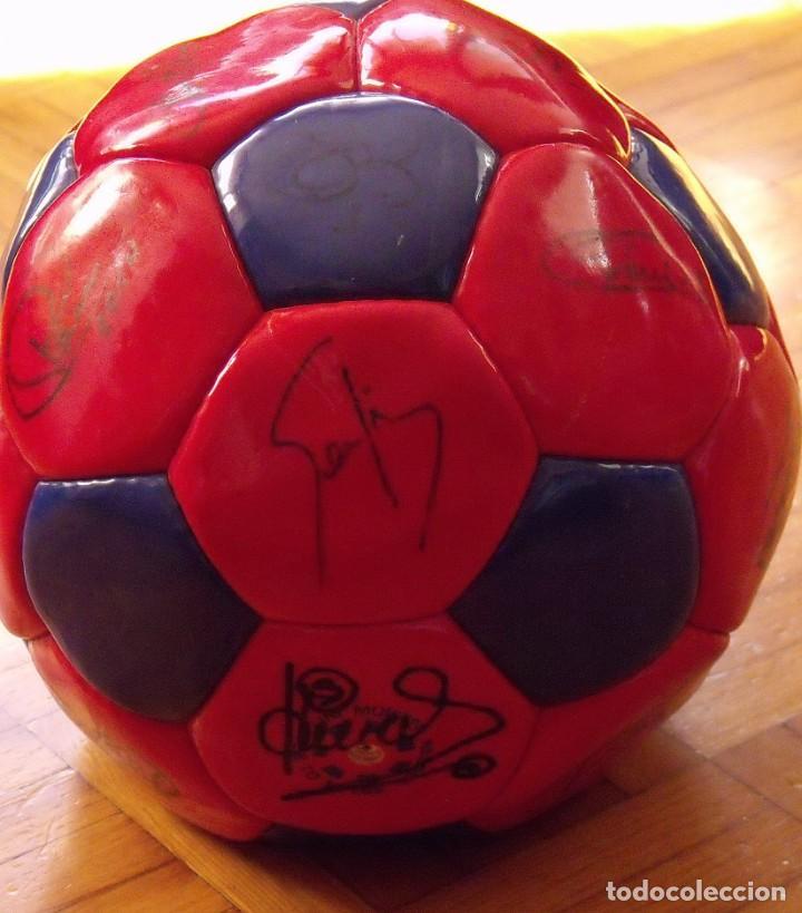 Coleccionismo deportivo: Balón F. C. Barcelona 1999-2000. 23 autógrafos. Rivaldo, Cocu, Guardiola, Sergi, Gabri, Xavi..... - Foto 9 - 221114837