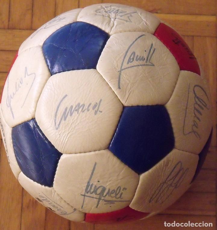 BALÓN F. C. BARCELONA 1984-85. 23 AUTÓGRAFOS FIRMAS ORIGINALES AUTOGRAPHS: SCHUSTER, URRUTI, MIGUELI (Coleccionismo Deportivo - Documentos de Deportes - Autógrafos)
