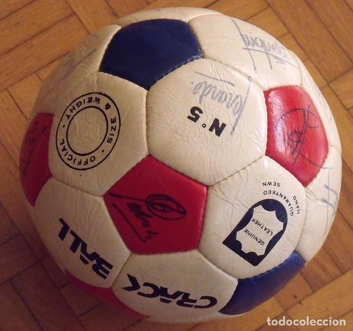 Coleccionismo deportivo: Balón F. C. Barcelona 1984-85. 23 autógrafos firmas originales autographs: Schuster, Urruti, Migueli - Foto 7 - 222792560