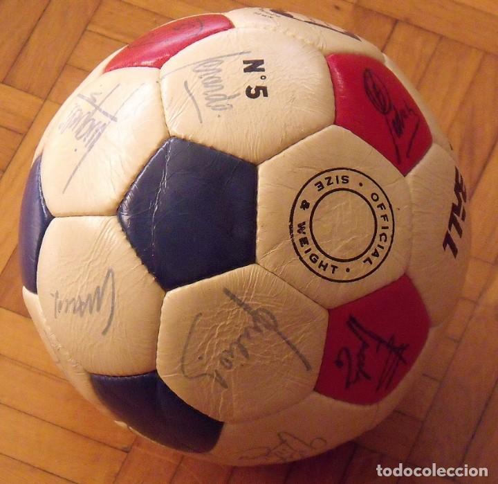 Coleccionismo deportivo: Balón F. C. Barcelona 1984-85. 23 autógrafos firmas originales autographs: Schuster, Urruti, Migueli - Foto 8 - 222792560