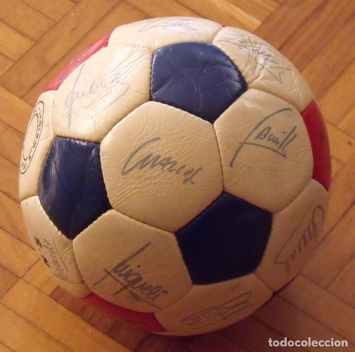 Coleccionismo deportivo: Balón F. C. Barcelona 1984-85. 23 autógrafos firmas originales autographs: Schuster, Urruti, Migueli - Foto 12 - 222792560