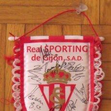 Coleccionismo deportivo: REAL SPORTING DE GIJÓN. 2020-21. 17 AUTÓGRAFOS, AUTOGRAPHS, FIRMAS ORIGINALES. BANDERÍN OFICIAL.. Lote 224463585