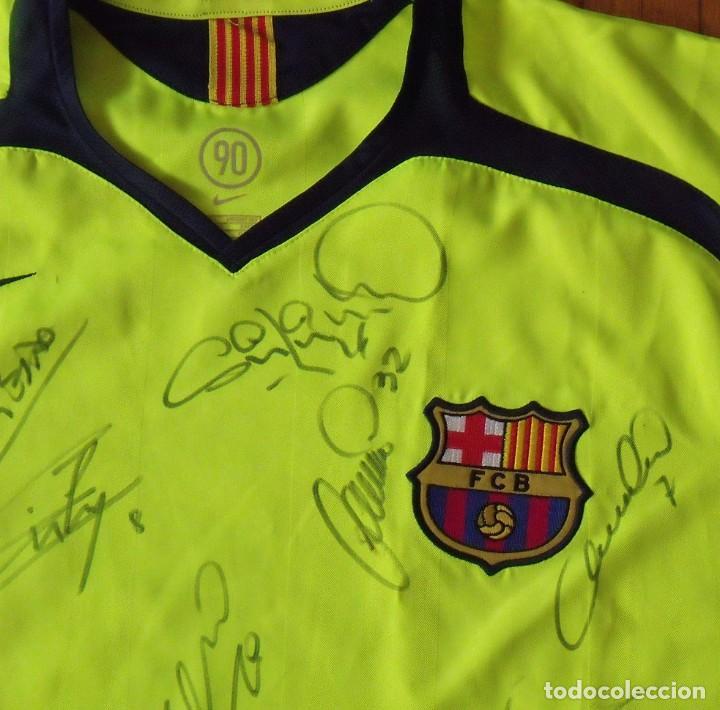 Coleccionismo deportivo: CAMISETA FUTBOL F. C. BARCELONA 2005-2006 20 AUTÓGRAFOS RONALDINHO, MESSI, XAVI, INIESTA, PUYOL DECO - Foto 2 - 237703430