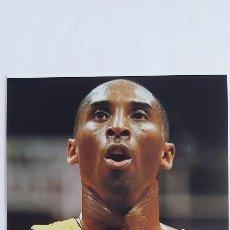 Coleccionismo deportivo: FOTOGRAFIA DE KOBE BRYANT CON LOS LAYKERS Y SU AUTOGRAFO 100% ORIGINAL.. Lote 252969130