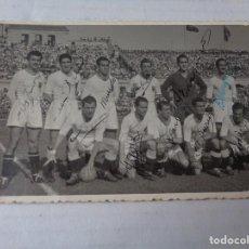 Coleccionismo deportivo: CURIOSA POSTAL FOTOGRAFICA DE LA PLANTILLA DEL VALENCIA CF CON TODOS SUS AUTOGRAFOS. Lote 254448405