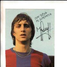 Coleccionismo deportivo: FOTO JOHAN CRUYFF DEDICADA Y FIRMADA. ALGO MAYOR QUE UNA POSTAL. RECORTADO. FIRMA IMPRESA. Lote 296011028