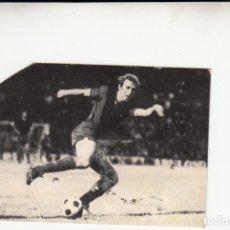 Coleccionismo deportivo: CALENDARIO 1975 CON FOTO CARLES REIXACH Y AUTOGRAFO ENGANCHADO AL DORSO PICO RECORTADO. Lote 255471935