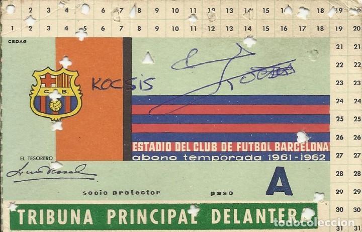 CARNET TRIBUNA PRINCIPAL DELANTERA 1961-62. F. C. BARCELONA. FIRMAS DE KOCSIS Y SADURNÍ. 8X12 CM. (Coleccionismo Deportivo - Documentos de Deportes - Autógrafos)