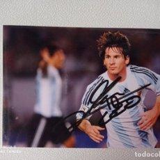 Coleccionismo deportivo: FOTO AUTOGRAFO ORIGINAL DE LEO MESSI CON LA SELECCION ARGENTINA DE 10X15 CMS COMPRADO EN NAPOLES. Lote 274842753