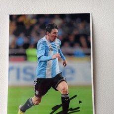 Coleccionismo deportivo: FOTO AUTOGRAFO ORIGINAL DE LEO MESSI CON LA SELECCION ARGENTINA DE 10X15 CMS COMPRADO EN NAPOLES. Lote 274842878