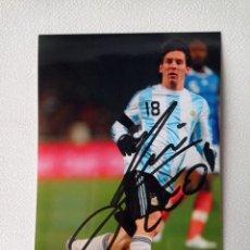 Coleccionismo deportivo: FOTO AUTOGRAFO ORIGINAL DE LEO MESSI CON LA SELECCION ARGENTINA DE 10X15 CMS COMPRADO EN NAPOLES. Lote 274843143