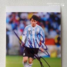 Coleccionismo deportivo: FOTO AUTOGRAFO ORIGINAL DE LEO MESSI CON LA SELECCION ARGENTINA DE 10X15 CMS COMPRADO EN NAPOLES. Lote 274843223