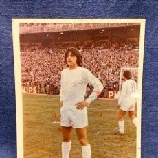 Coleccionismo deportivo: FOTO FUTBOL FIRMADA DEDICADA JUGADOR JUAN MORGADO REAL MADRID 1974 18X12,5CMS. Lote 285219778