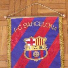 Coleccionismo deportivo: BANDERÍN F. C. BARCELONA. 11 AUTÓGRAFOS, AUTOGRAPHS, FIRMAS ORIGINALES. 1985-86. MIGUELI, SCHUSTER,. Lote 292032323