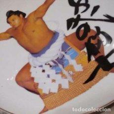 Coleccionismo deportivo: YOKOZUNA CHIYONFUJI EL LOBO EN PLATO 26㎝ DIAMETRO. Lote 296629923