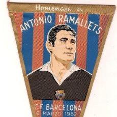 Coleccionismo deportivo: ANTIGUO BANDERIN TELA HOMENAJE A ANTONIO RAMALLETS C.F.BARCELONA 6 MARZO 1962 ED IRUPE. Lote 11021509