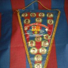 Coleccionismo deportivo: ENORME BANDERIN DEL F.C. BARCELONA. AÑO 1981. SCHUSTER, URRUTI, QUINI, SIMONSEN, ARTOLA.... Lote 27069414