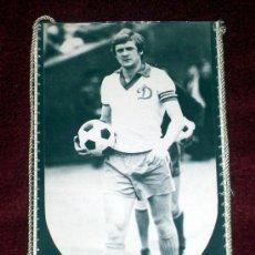 Coleccionismo deportivo: BANDERIN DE FUTBOL // VLADIMIR BESSONOV // JUGADOR DINAMO KIEV // URSS. Lote 17045438