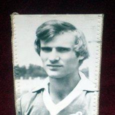 Coleccionismo deportivo: BANDERIN DE FUTBOL // VIKTOR KHLUS // JUGADOR DINAMO KIEV // URSS. Lote 17045635