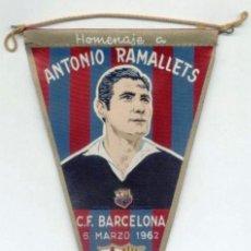 Coleccionismo deportivo: BANDERIN TELA. HOMENAJE A RAMALLETS 6-3-1962. FC BARCELONA. BARÇA. FUTBOL.. Lote 26731144