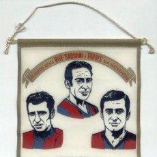 Coleccionismo deportivo: BANDERIN TELA. HOMENAJE A RIFE SADURNI TORRES 1-9-1976. FC BARCELONA. BARÇA. FUTBOL.. Lote 26731143