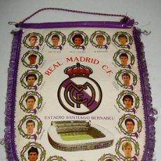 Coleccionismo deportivo: ANTIGUO BANDERIN DE FUTBOL - REAL MADRID - CON BUTRAGUEÑO, HUGO SANCHEZ, SANTILLANA, GORDILLO, CAMAC. Lote 18063991