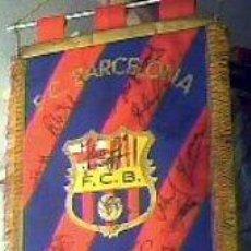 Coleccionismo deportivo: BANDERIN ORIGINAL FIRMADO POR TODOS LOS COMPONENTES DEL DREAM TEAM DEL F.C.BARCELONA. Lote 24087583