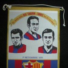 Coleccionismo deportivo: BANDERÍN. FÚTBOL. F.C. BARCELONA. ELS VOSTRES AMICS RIFÉ, SADURNÍ I TORRES. BARCELONA, 1976.. Lote 28333343