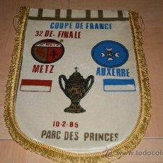 Coleccionismo deportivo: BANDERIN GRANDE FINAL COPA DE FRANCIA 1985 METZ - AUXERRE. Lote 29089301