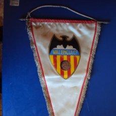 Coleccionismo deportivo: (BA-67)BANDERIN GRANDE AÑOS 70 VALENCIA C.F.(23 X 44 CM.). Lote 30715204