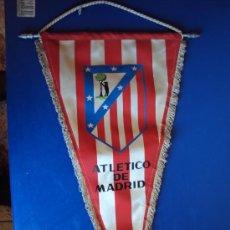 Coleccionismo deportivo: (BA-72)BANDERIN GRANDE AÑOS 70 AT.MADRID(24 X 45 CM.). Lote 30715769