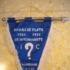Coleccionismo deportivo: BANDERIN BODAS DE PLATA 1950-1975 C.F.INTERROGANTE 8-6-78.DON J.ABELLAN.. Lote 30911474