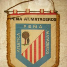 Collezionismo sportivo: BANDERIN GRAN FORMATO PEÑA AT. MATADEROS. 1965. 27 X 38 CM.. Lote 32327979
