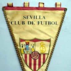 Coleccionismo deportivo: BANDERÍN FÚTBOL SEVILLA CLUB DE FÚTBOL AÑOS 60 TELA CON HILO DE ORO. Lote 32649413