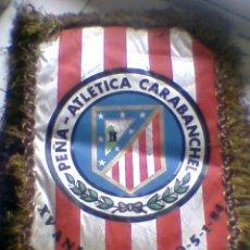Coleccionismo deportivo: BANDERIN FIRMADO FUTBOL 1983 84 PEÑA ATLETICA CARABANCHEL AUTOGRAFOS PLANTILLA AT MADRID ATLETICO. Lote 36502545