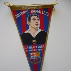 Coleccionismo deportivo: BANDERÍN ANTIGUO DEL FUTBOL CLUB BARCELONA. HOMENAJE A ANTONIO RAMALLETS 1962. Lote 37052507