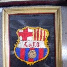 Coleccionismo deportivo: ESPECTACULAR ESCUDO BORDADO MANO DEL CLUB DE FUTBOL BARCELONA 1940'S.. Lote 38445657
