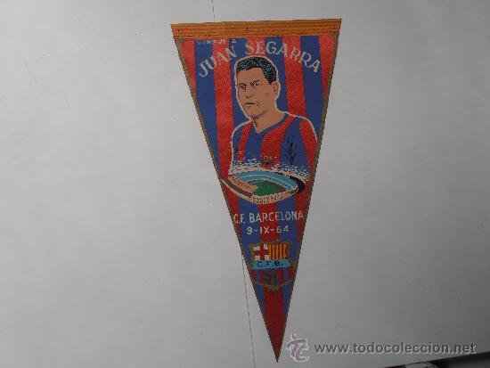 ANTIGUO BANDERIN DEL F.C.BARCELONA HOMENAJE A JUAN SEGARRA (Coleccionismo Deportivo - Banderas y Banderines de Fútbol)