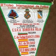 Coleccionismo deportivo: BANDERIN DEL III TROFEO INTERNACIONAL MALLORCA RARO DIFICIL FUTBOL CLUB FC BARCELONA F.C BARÇA CF. Lote 38600736