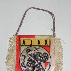 Coleccionismo deportivo: ANTIGUO BANDERIN DEL AJAX CLUB DE FUTBOL DE AMSTERDAM (HOLANDA), MIDE 11 X 11 CMS.. Lote 38277394