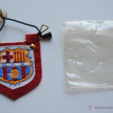 Coleccionismo deportivo: BANDERIN C.F. BARCELONA DE ROPA BORDADO PARA COCHE. Lote 42335291