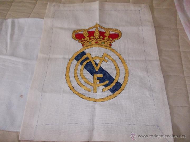 BONITO ESCUDO REAL MADRID BORDADO A MANO 50X38 LEER (Coleccionismo Deportivo - Banderas y Banderines de Fútbol)