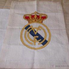 Coleccionismo deportivo: BONITO ESCUDO REAL MADRID BORDADO A MANO 50X38 LEER. Lote 42752792
